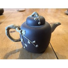 """ANTIQUE CHINESE YIXING 5.75""""-LONG ZISHA CLAY TEAPOT WITH WHITE CLAY DESIGN"""